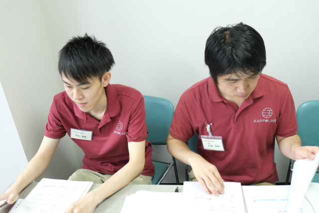 古武術鍼法の勉強会での竹内(左)と秋澤(右)