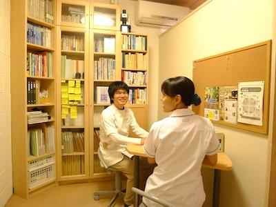 養気院の机