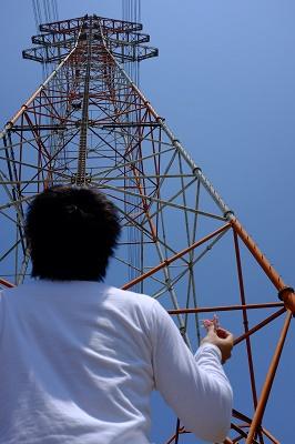 鉄塔を見上げる